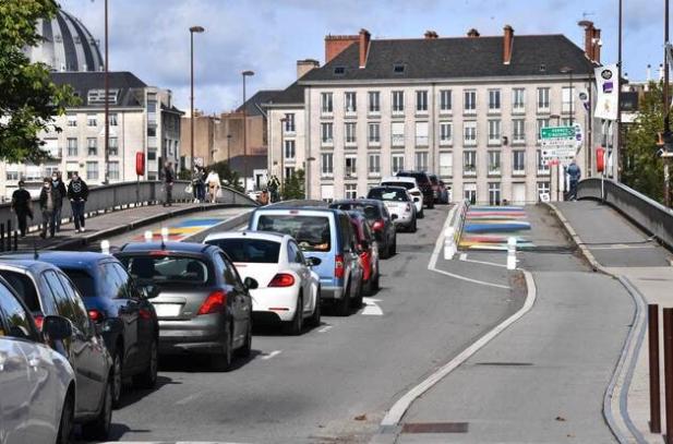 Embouteillage à Nantes où la circulation depuis la mise en place des voies cyclables et des 30km/h